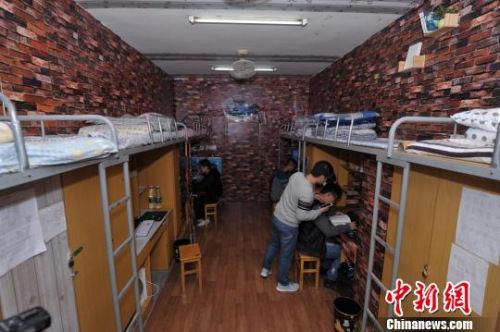 """高校男生打造""""欧式复古范""""寝室 花费600余元(图)图片"""