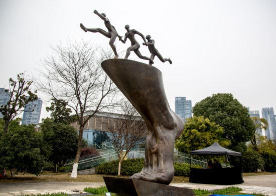 汉马雕塑在全程终点揭幕图片