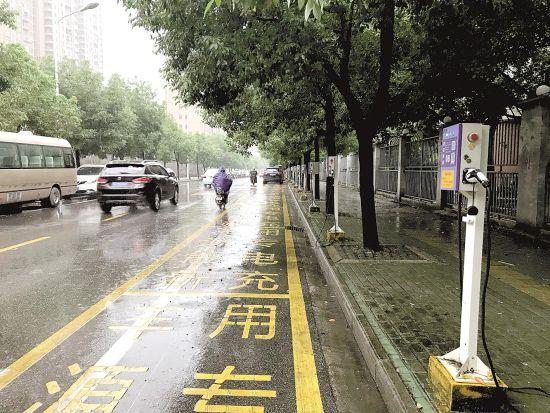 武汉后湖南路上,一排应急充电桩