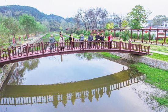 黄冈麻城市乘马岗镇小寨社区付家河。在省军区的帮扶下,曾经的穷乡僻壤变成了美丽乡村。