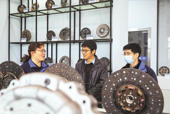 3月4日, 黄石市经济和信息化局干部走访企业,为企业排忧解难。(湖北日报全媒记者 薛婷 摄)