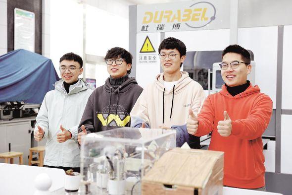武汉商学院机器人专业大学生展示自己设计的机械作品。