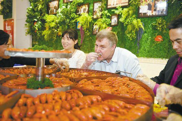 中外食客共享小龙虾大餐