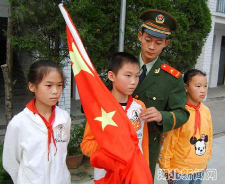 警标兵入校辅导小学生升国旗