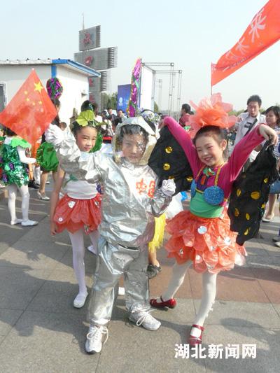 图:武汉小学生环保嘉年华上时装秀图片