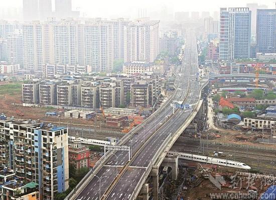 图为:机场第二高速出城段27日通车,这是姑嫂树立交桥横跨铁路线的高架